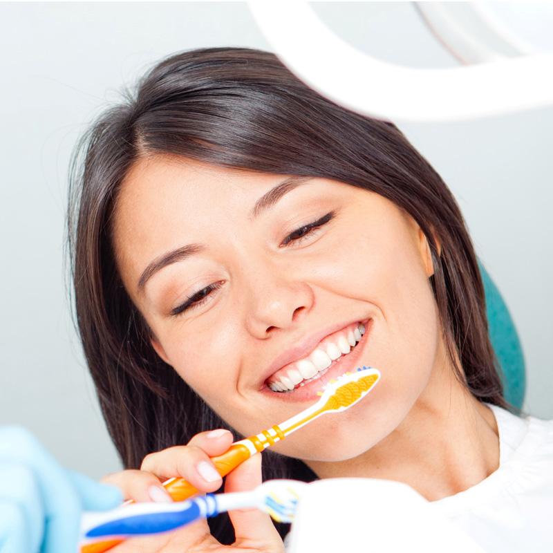 Prophylaxe: Dauerhaft gesunde Zähen durch regelmäßige Zahnprophylaxe, besonders bei Zahnimplantaten
